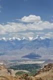 Picos Himalayan majestuosos y valle verde del oasis Imagen de archivo libre de regalías