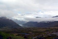 Picos nevado de montanhas basálticas na área de Seydisfjordur em Islândia Foto de Stock