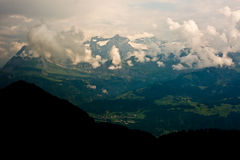 Picos nevado dos cumes suíços Fotos de Stock
