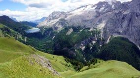 Picos nevados de dolomías con el pequeño lago en la distancia Imágenes de archivo libres de regalías