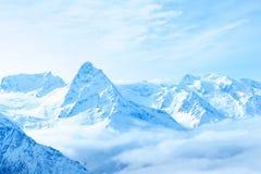 Picos nevados del invierno hermoso de la montaña del Cáucaso, Dombaj Fotos de archivo libres de regalías