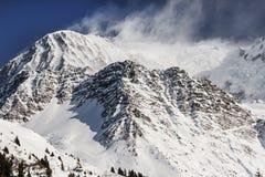 Picos nevados soplados por el viento fotografía de archivo