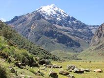 picos Neve-tampados no parque nacional de Huascaran, Peru fotografia de stock
