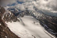 Picos, nieve y glaciares de montaña cerca de Kaprun - Zell ve, Austria Fotografía de archivo