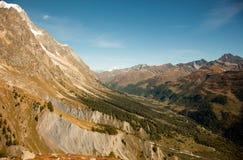 Picos, nieve y glaciares de montaña cerca de Mont Blanc, lado italiano Foto de archivo
