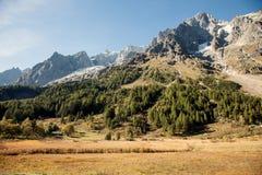 Picos, nieve y glaciares de montaña cerca de Mont Blanc, lado italiano Imagenes de archivo