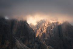 Picos rochosos da montanha das dolomites no por do sol Fotografia de Stock