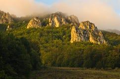 Picos rochosos no nascer do sol nevoento, trajeto trekking na montanha de Suva Planina fotografia de stock