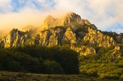 Picos rochosos no nascer do sol nevoento, trajeto trekking na montanha de Suva Planina fotos de stock royalty free