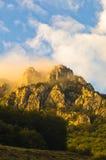 Picos rochosos no nascer do sol nevoento, trajeto trekking na montanha de Suva Planina fotografia de stock royalty free