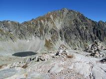 Picos rocosos de Tatras y valle verde de las montañas de Tatra en eslovaco Fotos de archivo