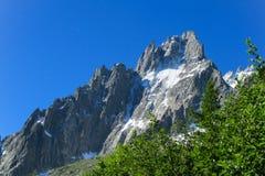 Picos rocosos en las montañas Foto de archivo
