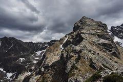 Picos rocosos y cielo nublado Fotografía de archivo libre de regalías
