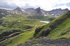 Picos rugosos alrededor del lago ice imagen de archivo libre de regalías