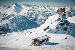 Picos sós da casa e de montanha Fotografia de Stock Royalty Free