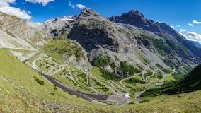 Picos serpentinos del camino y de montaña en Stelvio Pass de Bormio Imagen de archivo