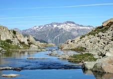 Picos sobre el agua cristalina Imagen de archivo