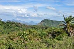 Picos volcánicos en la distancia vista desde arriba de Telica Volca Imagen de archivo