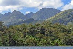 Picos vulcânicos verdejantes nos trópicos Foto de Stock Royalty Free