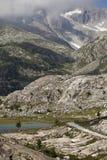 Picos y lago de montaña Imagen de archivo