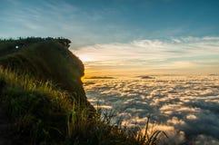 Picos y mar de la niebla en el amanecer. Foto de archivo libre de regalías