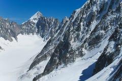 Picos y nieve rocosos en las montañas Fotografía de archivo libre de regalías