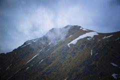 Picos y nubes de montaña Fotografía de archivo libre de regalías