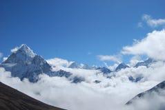 Picos y nubes Himalayan fotografía de archivo