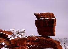 Pict5138 Evenwichtige Rots op SneeuwDag Stock Afbeeldingen