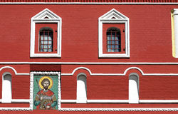 Pictogram en vensters op rode muur stock foto