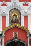 Pictogram op een kerkingang royalty-vrije stock afbeeldingen