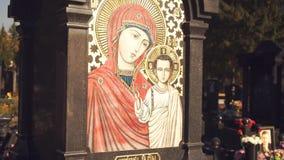 Pictogram van de Moeder van God op het monument stock video
