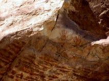Pictogramas de la mano en roca del desierto Imagenes de archivo