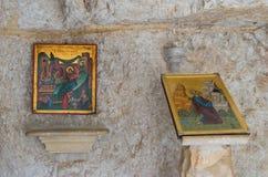 Pictogrammen in de cel in het klooster van St George Hosevit Mar Jaris in Wadi Kelt dichtbij Mitzpe Yeriho in Israël Stock Foto's