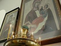 Pictogrammen en brandende kaarsen in een Russische Orthodoxe Kerk stock videobeelden