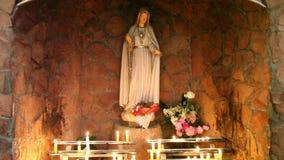 Pictogrammen van heiligen en kaarsen binnen de kerk stock video