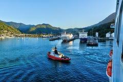 Picton, Nouvelle-Zélande, vu d'un bateau de croisière image libre de droits