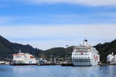 Pictonhaven, Nieuw Zeeland Een cruiseschip en een inter-eilandveerboot in haven royalty-vrije stock foto's
