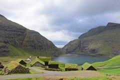 Pictoresquebyn av Saksun med torvataken, Faroe Isl Royaltyfria Bilder