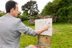 Взгляд со стороны мужского художника во время творения эскиз его pictu стоковая фотография