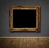 Picture inramar i gammal vägg. arkivfoto