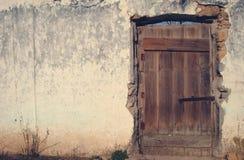 Picture kan användas som en bakgrund Den gamla dörren på sidan och bakgrunden royaltyfri bild