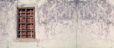 Picture kan användas som en bakgrund Den gamla dörren på sidan och bakgrunden royaltyfri fotografi