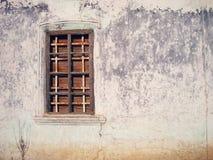 Picture kan användas som en bakgrund Den gamla dörren på sidan och bakgrunden arkivfoto