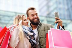 Happy couple shopping in the city Royalty Free Stock Images