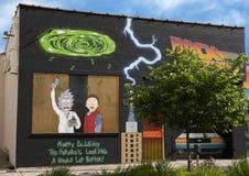 Pictured är de vänstra tvåna av tre humoristiska väggkonstväggmålningar i djupa Ellum, vid Preston Pannek Royaltyfria Bilder