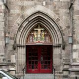 Pictured är den främre ingången av episkopalkyrkan för St Mark ` s, Philadelphia, Pennsylvania Royaltyfria Bilder