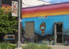 Pictured är den högra av tre humoristiska väggkonstväggmålningar i djupa Ellum, vid Preston Pannek Arkivfoton
