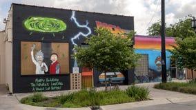 Pictured är tre humoristiska väggkonstväggmålningar i djupa Ellum, vid Preston Pannek Fotografering för Bildbyråer