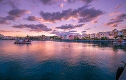 Pictursqueporten av Sitia, Kreta, Grekland på solnedgången Sitia är en traditionell stad på den östliga Kreta nära stranden av pa Fotografering för Bildbyråer